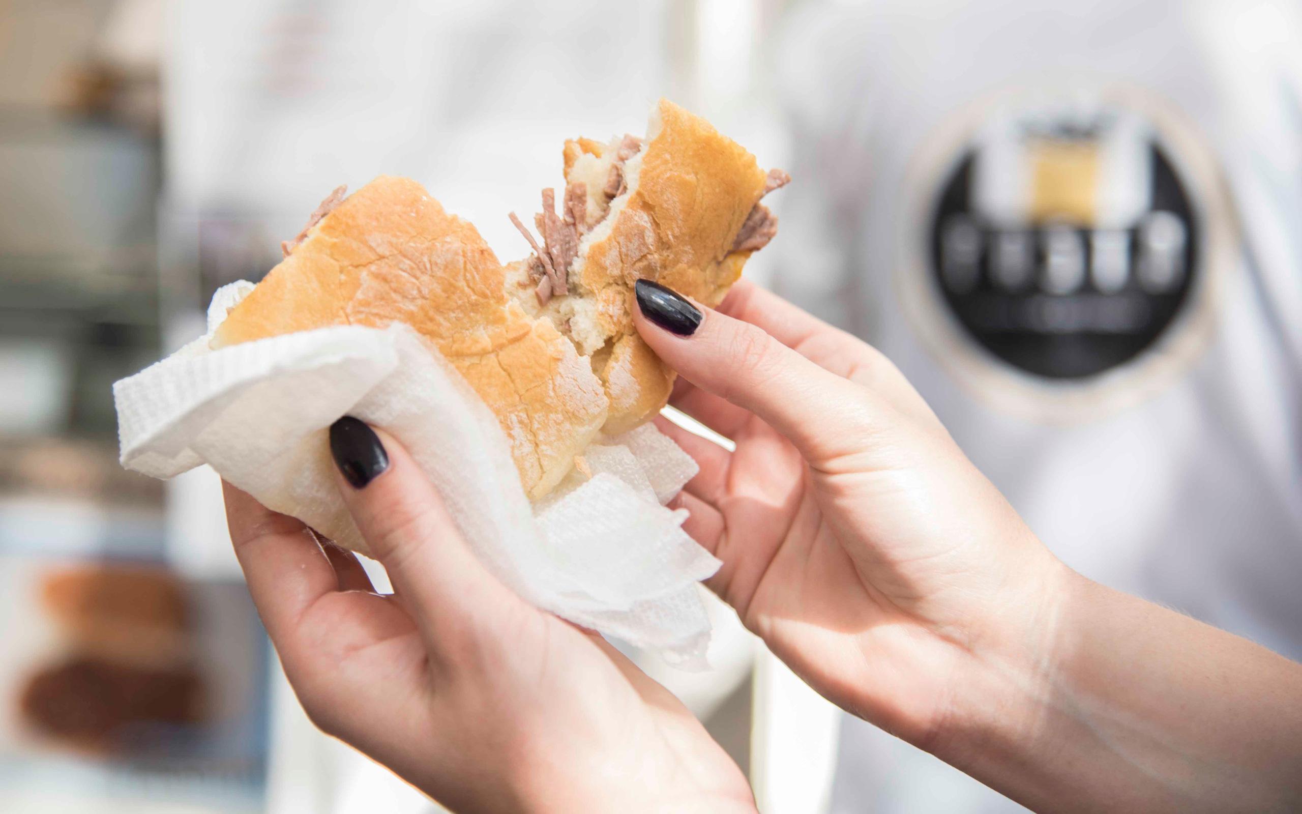 Mercato testaccio, panino con il bollito - ©Gianpaolo Mavilia
